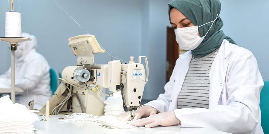 Altındağlı kadınlar, maske üretiyor