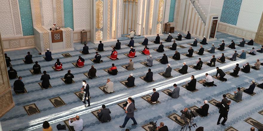 Başkent'te bayram namazı sınırlı sayıda cemaatle kılındı