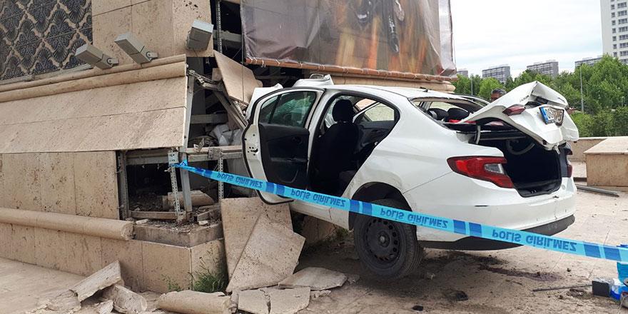 Jandarmadan kaçan araç şehrin giriş kapısına ok gibi saplandı: 1 ölü