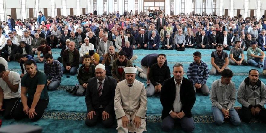 Camiler Cuma günü ibadete açılıyor