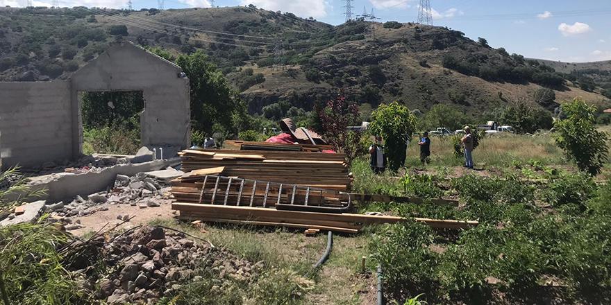 Hobi bahçelerindeki kaçak binalar yıkılıyor
