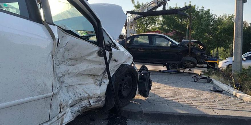 Başkent'te 2 otomobil çarpıştı