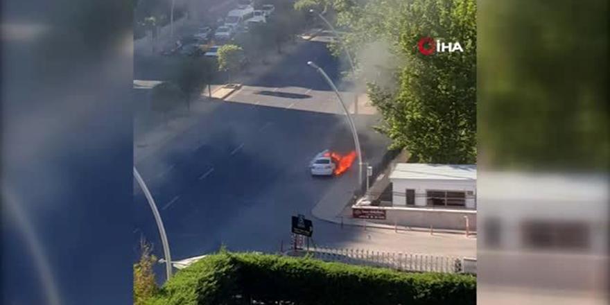 Çankaya'da alev alev yanan otomobil küle döndü