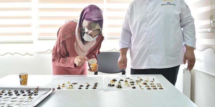 Mamaklı kadınlar çikolata yapıyor