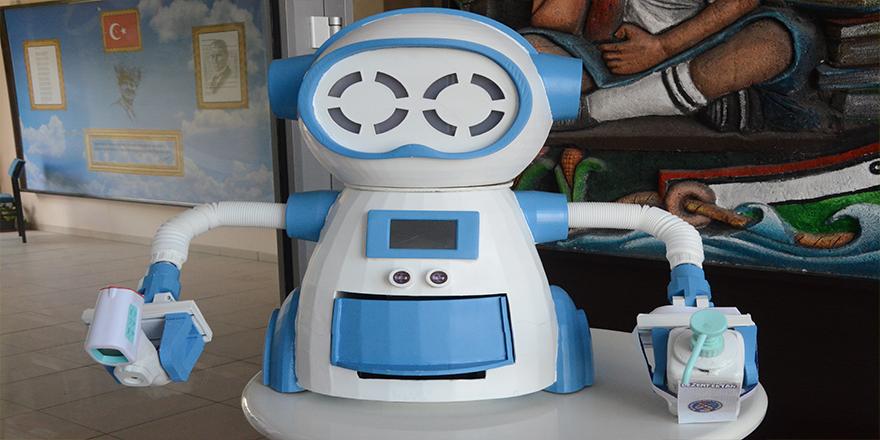 Bu robot ateş ölçüyor, dezenfektan sıkıyor, maske veriyor