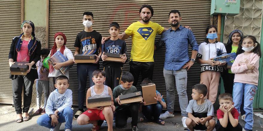 Sokak sokak gezerek çocuklara ayakkabı alıyor
