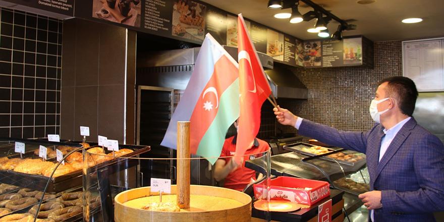 Başkent esnafına Azerbaycan bayrağı