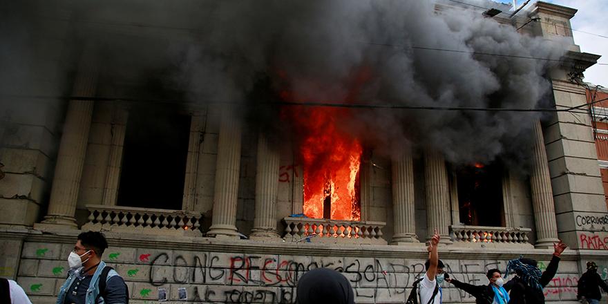 2021 bütçesini beğenmediler kongre binasını ateşe verdiler