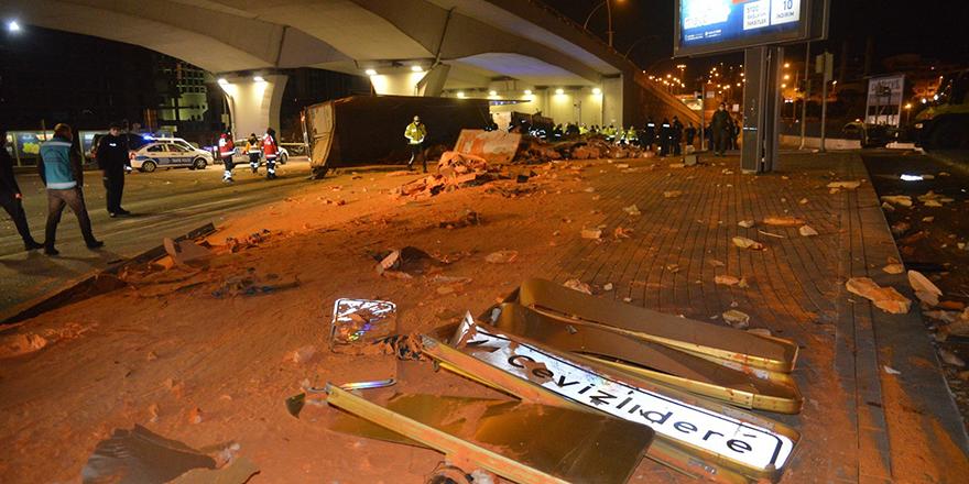 Çankaya'da freni boşalan TIR devrildi: 1 ölü
