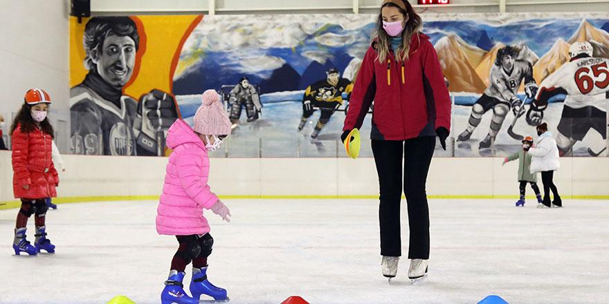 Pandemi günlerinde buz pateni keyfi