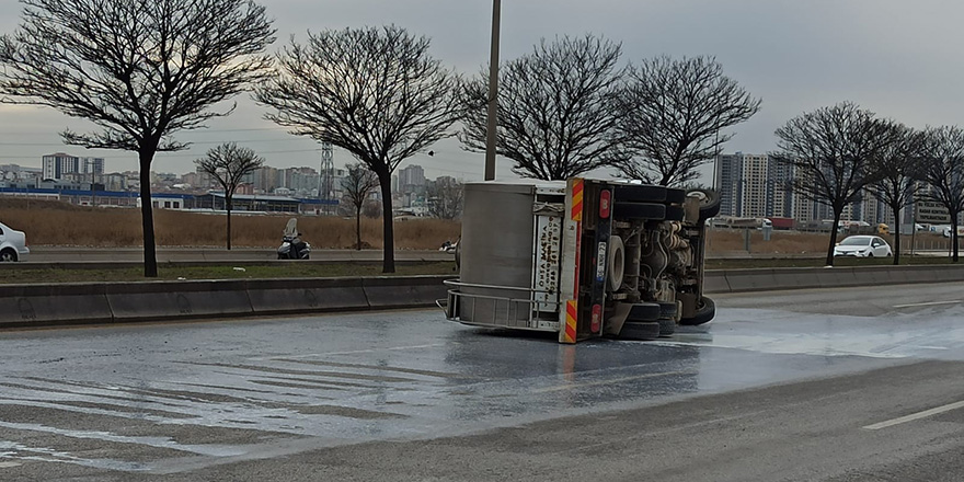 Ankara'da süt kamyonu devrildi