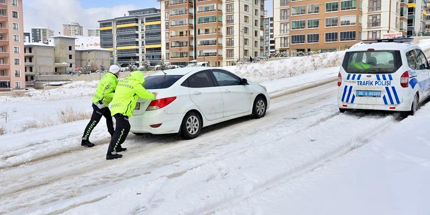 Yolda kalanların yardımına polis koştu