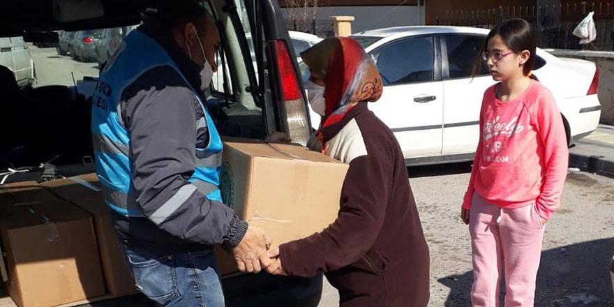 Yardım kolilerinin dağıtımı devam ediyor