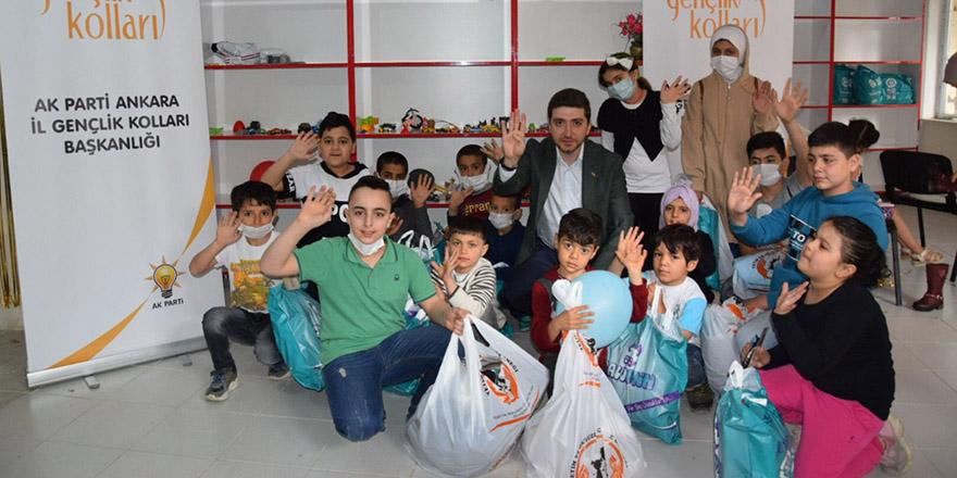 AK Gençlik ihtiyaç sahibi çocukların yanında