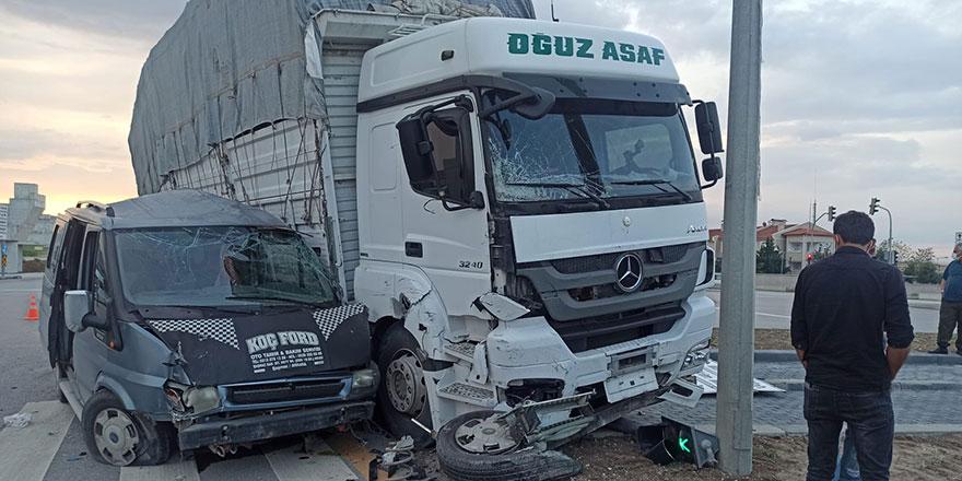 Başkent'te kamyon minibüsle çarpıştı: 2 yaralı