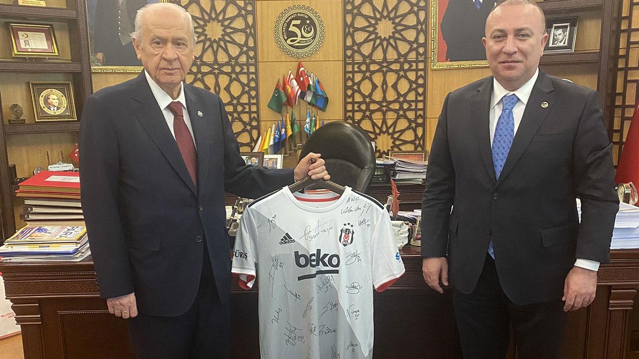 Beşiktaş'tan Behçeli'ye imzalı forma