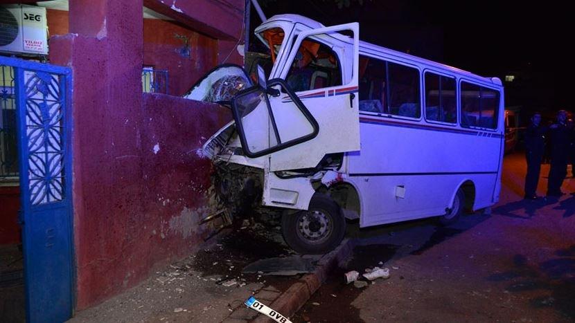 Alkollü servis şoförü, minibüsle eve daldı