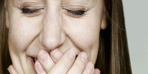 Sebepsiz gülme 'beyin tümörü' belirtisi olabilir!