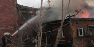 Başkent'te 3 katlı binada çıkan yangın güçlükle kontrol altına alındı