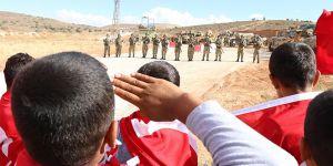 Çocuklardan Mehmetçiğe Türk bayrağı