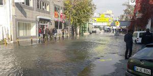 Patlayan su borusu caddeyi göle çevirdi