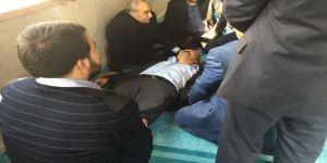 Bakan Fakıbaba camide fenalaşan vatandaşa müdahale etti