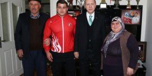Erdoğan milli güreşçiyi evinde ziyaret etti