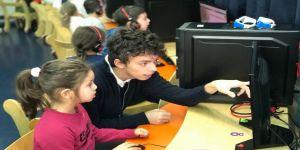 Liseliler kardeşlerine kodlama öğretiyor