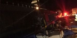 Bilecik'te makine yüklü tır devrildi: 2 yaralı