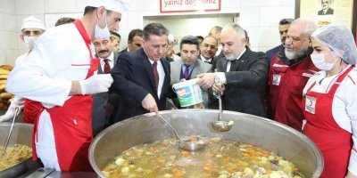 Ankara Valisi Ercan Topaca aş dağıttı