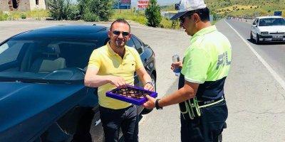 Sürücülere ceza yerine çikolata ikram edildi