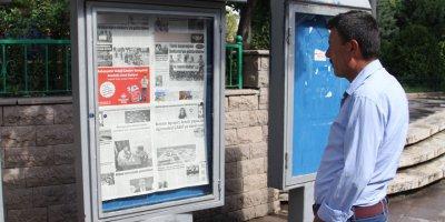 32 yıldır ayakta gazete okuyorlar