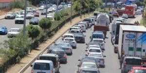 Bayram yoğunluğu yaşanan Akçay'a araç girişini önlemek için polis barikat kurdu
