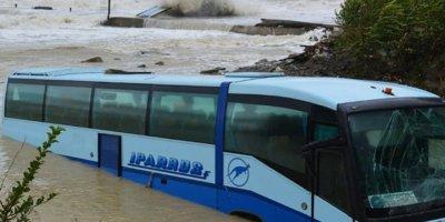 Karadeniz yolcu otobüsünü içine çekti