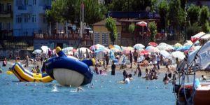 Amasra plajlarında şemsiye açacak yer kalmadı