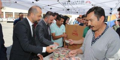 Sincan Belediye Başkanı Murat Ercan aşure dağıttı