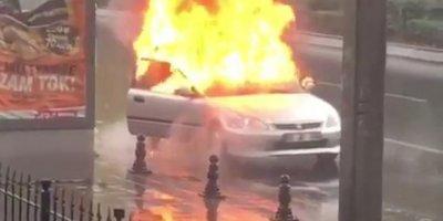 Hareket halindeki otomobil yanmaya başladı!