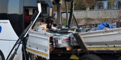 Acemi birliğini taşıyan araç, çekiciye arkadan çarptı!