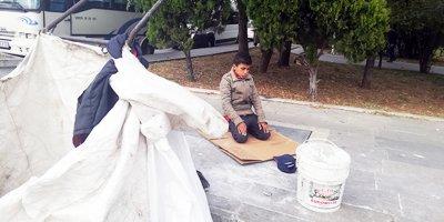 Kağıt toplayan çocuktan duygulandıran hareket