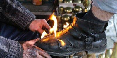 Ateş ile ayakkabı boyama yöntemi görenleri şaşırtıyor