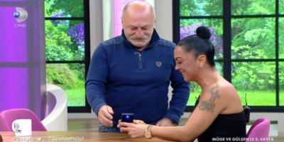Ünlü oyuncu canlı yayında evlilik teklifi yaptı
