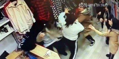 Kadınlar mağazada birbirlerine girdi