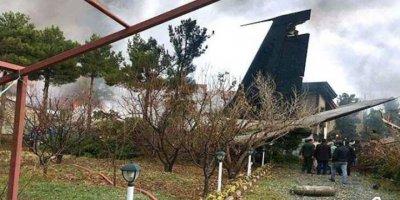 İran'da uçak evlerin arasına düştü!