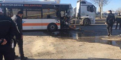 Yolcu otobüsü TIR'a arkadan çarptı: 1 ölü, 20 yaralı