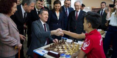 Ankaralı genç satranççılar Bakan Selçuk'u terletti