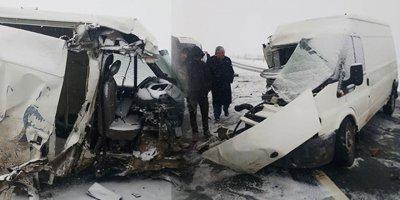 Kaçak göçmenleri taşıyan minibüs kaza yaptı: 22 yaralı