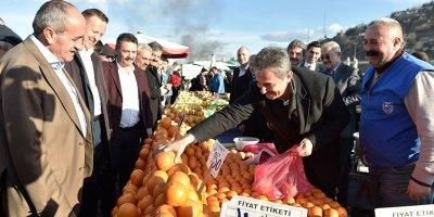Murat Köse tezgahın başına geçip satış yaptı