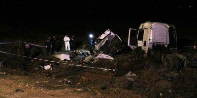 Kırşehir-Kırıkkale yolunda feci kaza: 3 ölü, 2 yaralı