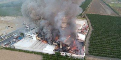 Fabrikadaki yangın kontrol altına alınamıyor