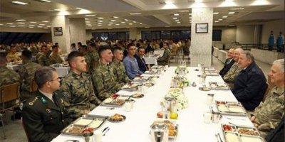 Milli Savunma Bakanı Akar, Mehmetçikle iftar yaptı